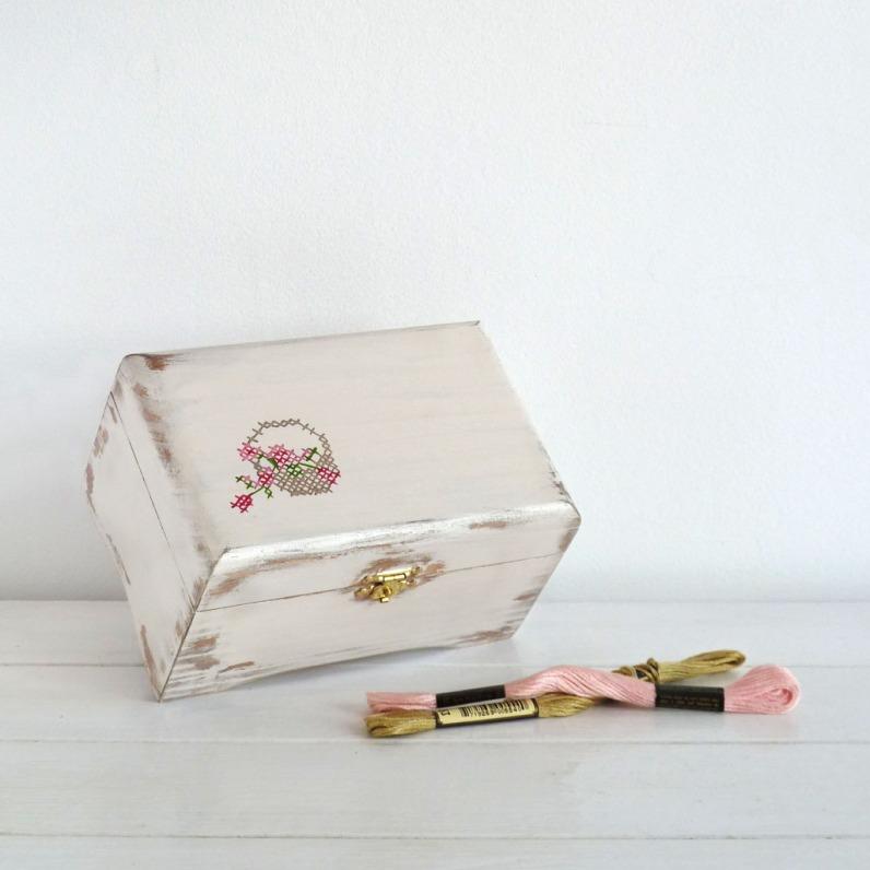 caja-pintada-a-mano-cross-stitch-beige