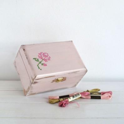 caja-pintada-a-mano-cross-stitch-pink