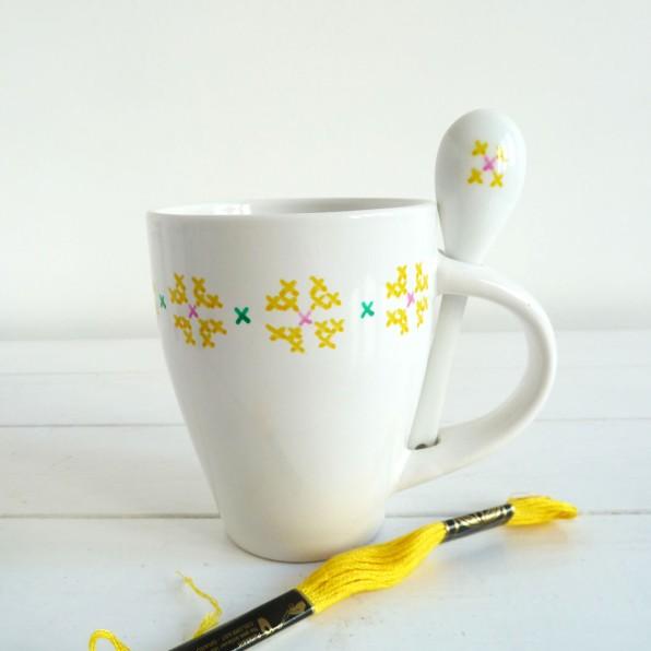 taza-pintada-a-mano-blancacc_amarilla
