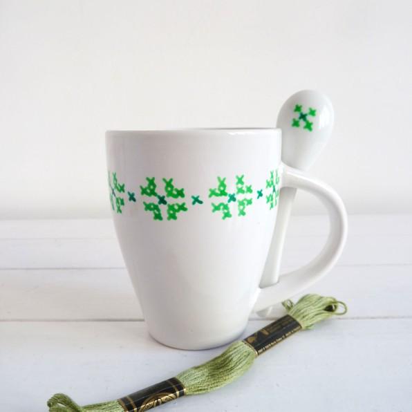 taza-pintada-a-mano-blancacc_verde